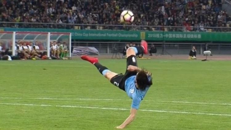 Le but fantastique d'Edinson Cavani avec l'Uruguay (Vidéo)