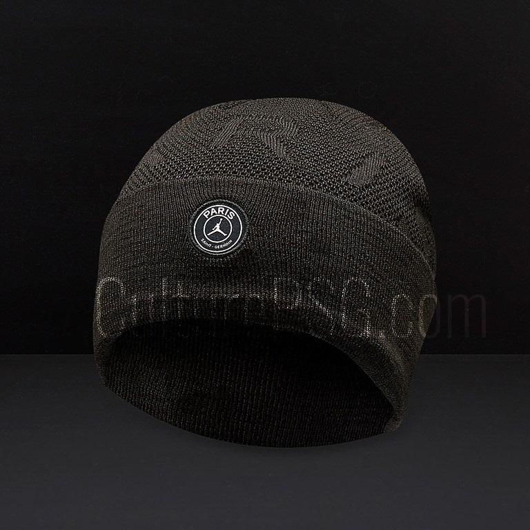 Du côté de la collection sportswear, il faudra rajouter un bonnet aux deux  casquettes qui avaient déjà filtré
