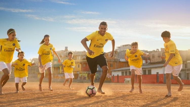 Le PSG présente officiellement son maillot extérieur jaune