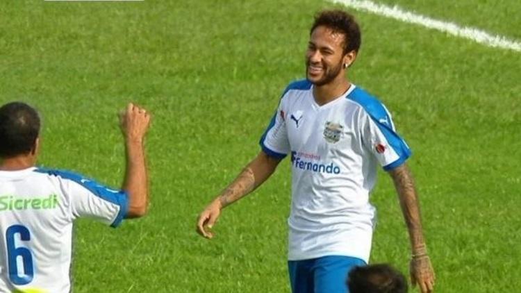 Neymar marque un but magique lors d'un match caritatif au Brésil — Vidéo