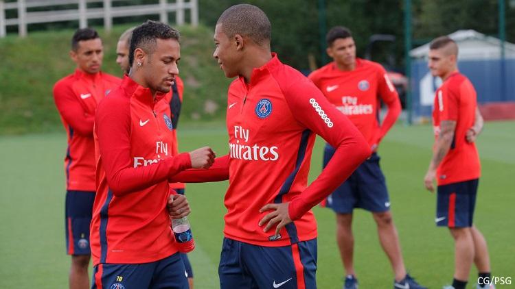 Dani Alves répond à l'attaque de Diego Forlan — PSG