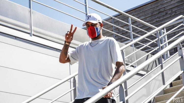 Un Neymar bedonnant régale les paparazzis d'Ibiza